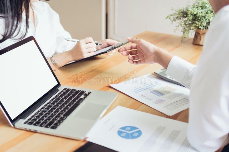 Affärslag som arbetar med startup projekt, i coworking Använda marknadsföringsplan på bärbara datorn royaltyfri fotografi