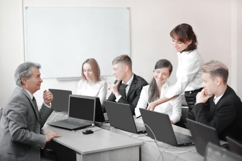 Affärslag som arbetar på bärbara datorer i ett modernt kontor royaltyfria foton