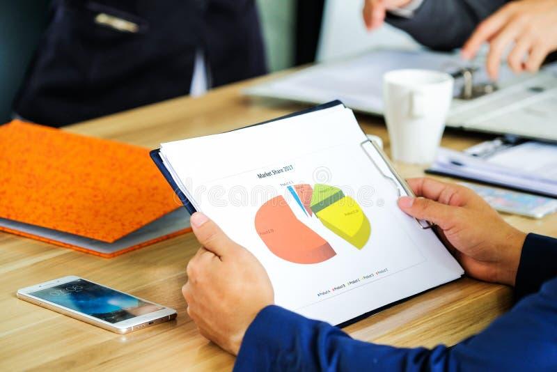 Affärslag som arbetar på bärbara datorn, medan sitta på kontoret Busine arkivbilder
