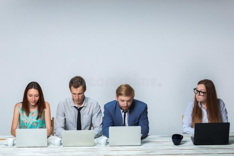 Affärslag som arbetar på deras affärsprojekt royaltyfri bild