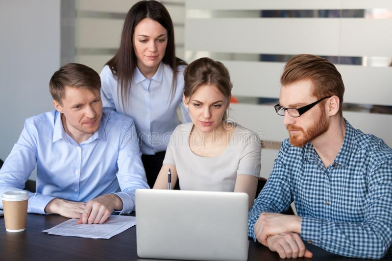 Affärslag som diskuterar online-marknadsföringsstrategi som arbetar på la royaltyfria foton