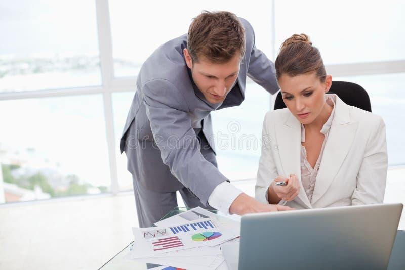 Affärslag som fungerar på undersökningsresultat royaltyfri bild