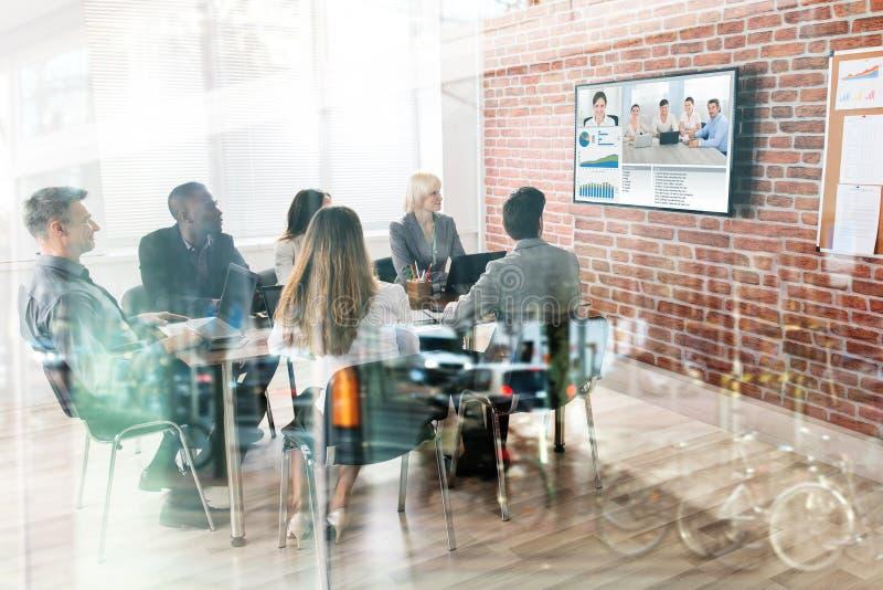 Affärslag som har videokonferens arkivfoton