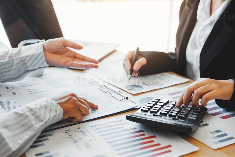Affärslag som möter strategiplanläggning med ny finans för startprojektplan och ekonomigrafen med lyckad teamwork för bärbar dato arkivfoton