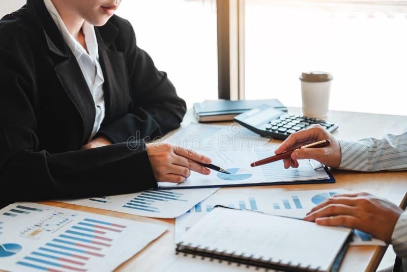 Affärslag som möter strategiplanläggning med ny finans för startprojektplan och ekonomigrafen med lyckad teamwork för bärbar dato arkivfoto