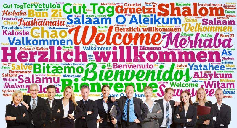 Affärslag som säger välkomnande i många språk arkivfoto