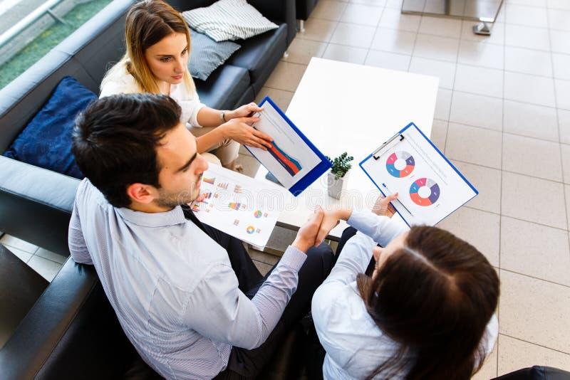 Affärslag som talar om finansiell rapport fotografering för bildbyråer