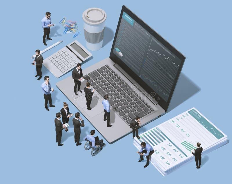Affärslag som tillsammans arbetar, och bärbar dator med det finansiella diagrammet royaltyfria foton