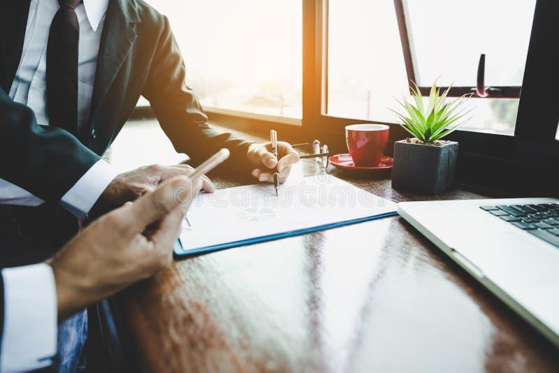 Affärslaget arbetar med ledaren, presentation till kollegor och affärsstrategi och har en diskussion arkivbilder