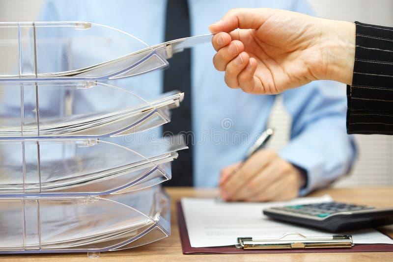 Affärslaget arbetar tillsammans på finansiell dokumentation W arkivfoton