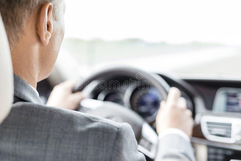 Affärsledare i dräkten som kör bilen royaltyfri foto