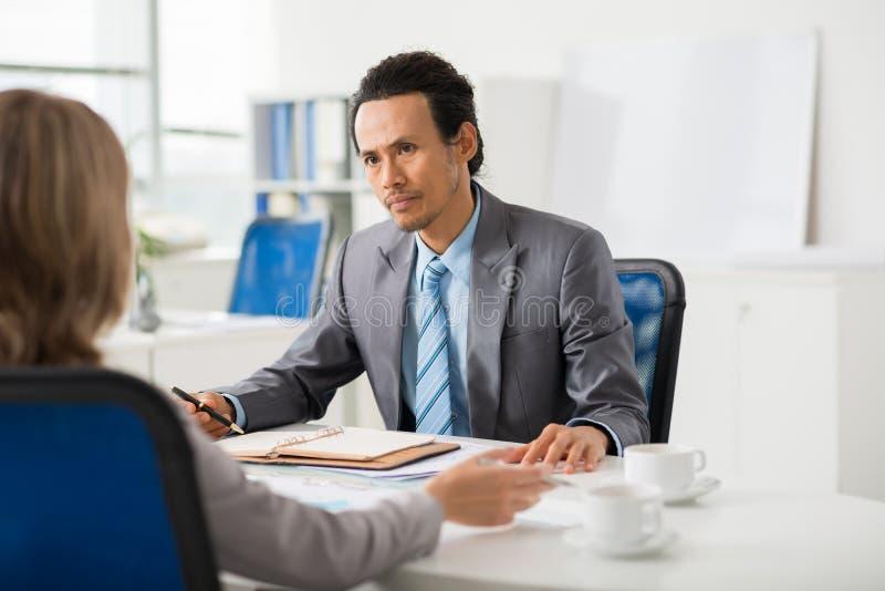 Affärsledare som diskuterar arbete arkivbild