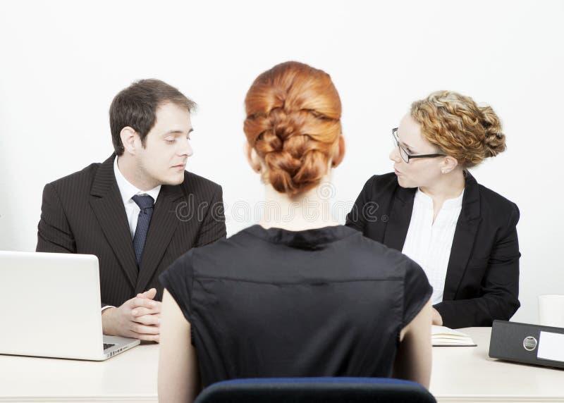 Affärsledare som förar en intervju arkivbilder