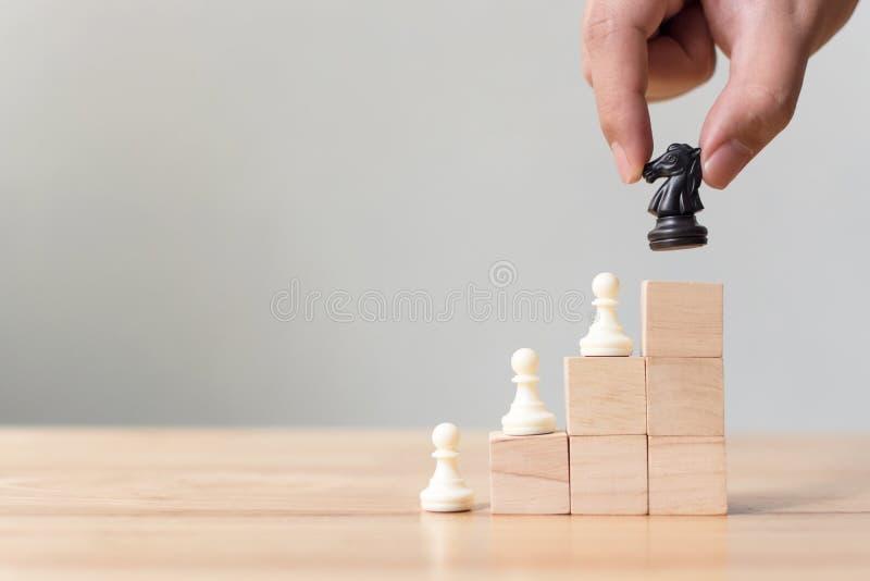 Affärsledarskapbegrepp med för träsnittstege för schack överst trappuppgången royaltyfri foto
