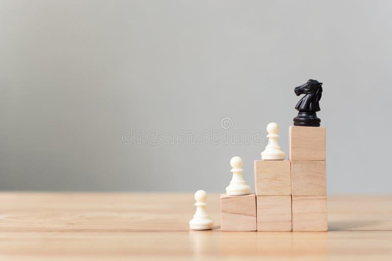 Affärsledarskapbegrepp med för träsnittstege för schack överst trappuppgången fotografering för bildbyråer