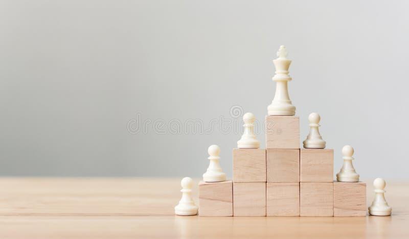 Affärsledarskapbegrepp med för träsnittstege för schack överst trappuppgången royaltyfria foton