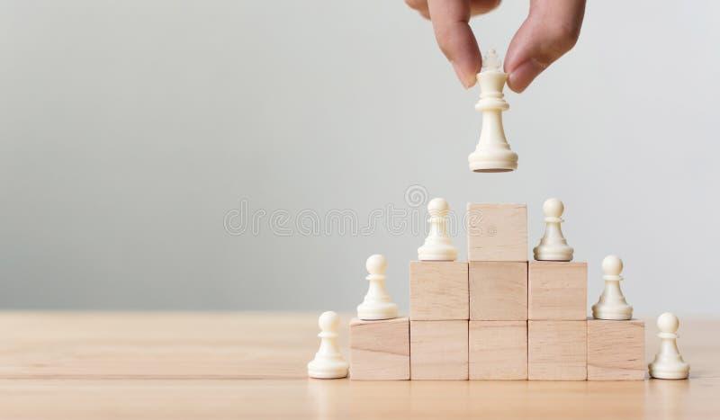 Affärsledarskapbegrepp med för träsnittstege för schack överst trappuppgången arkivfoton
