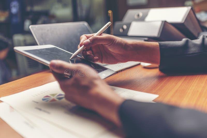 Affärsmän är analyserade data från rapport genom att använda smartphonen och l royaltyfri fotografi