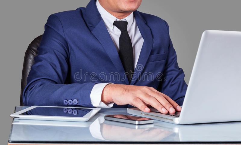 Affärsmän arbetar på skrivbordet royaltyfria bilder