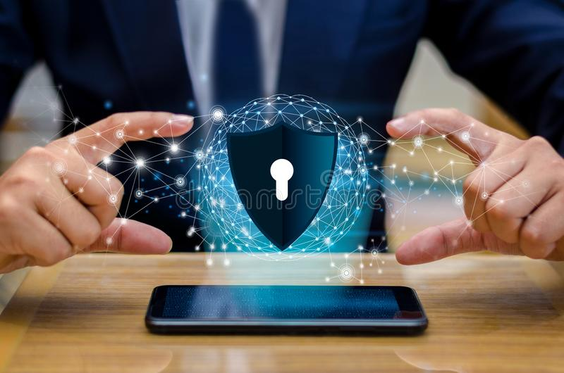 Affärsmän för värld för planet för jordpolygoningrepp skakar händer för att skydda information i cyberspace Affärsmaninnehavsköld royaltyfria foton