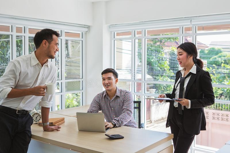 Affärsmän förhandlar affär Grupp av affär tre Folk som diskuterar avtalet Affärsfolk under ett möte i arkivfoto