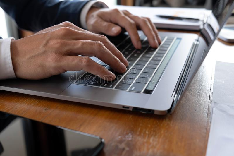 Affärsmän finans, redovisande arbete, checkräkningskonton och genom att använda räknemaskiner och finna information arkivfoto