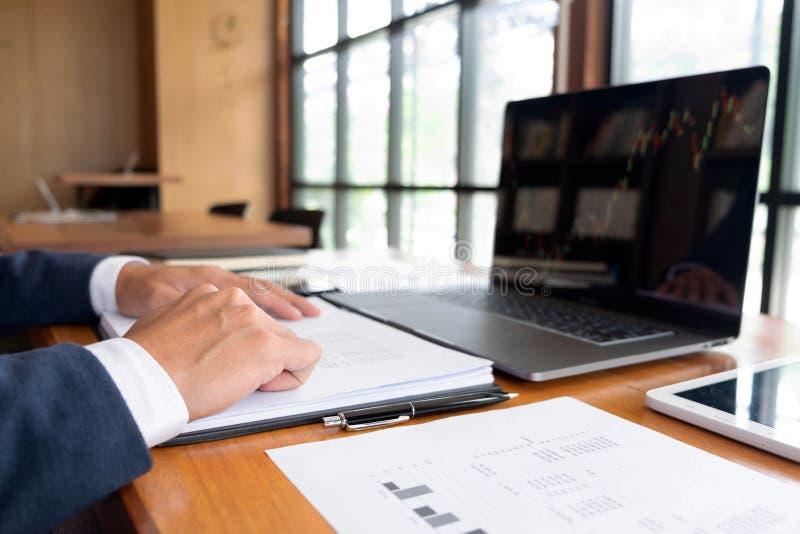 Affärsmän finans, redovisande arbete, checkräkningskonton och genom att använda räknemaskiner och finna information royaltyfri fotografi