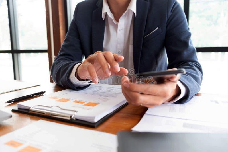 Affärsmän finans, redovisande arbete, checkräkningskonton och genom att använda räknemaskiner och finna information royaltyfri bild