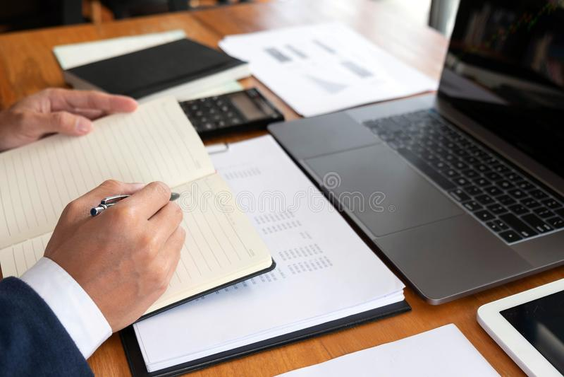 Affärsmän finans, redovisande arbete, checkräkningskonton och genom att använda räknemaskiner och finna information royaltyfria foton