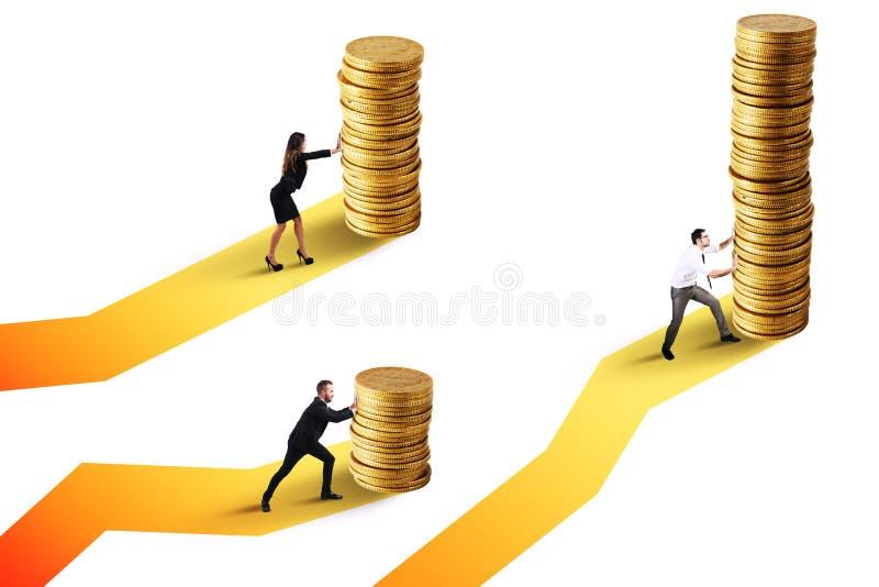 Affärsmän flyttar en hög av guld- mynt Begrepp av tillväxt för finansiell investering arkivbilder