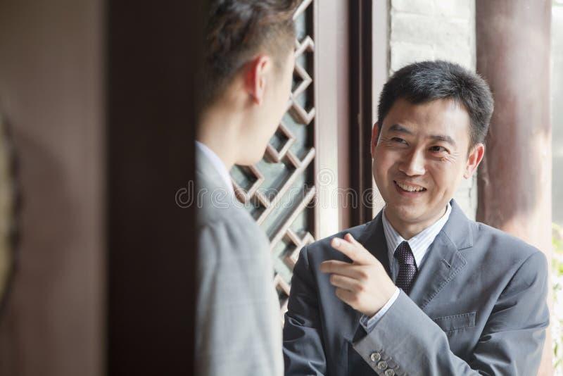 Affärsmän i dörröppning arkivbilder
