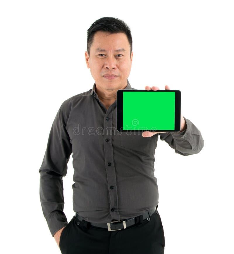 Affärsmän i en brun skjorta som rymmer en minnestavla isolerad på vit bakgrund royaltyfri fotografi