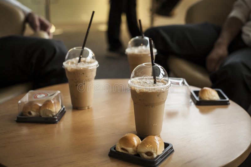 Affärsmän i kaffeavbrott arkivbild