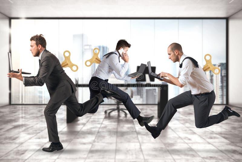 Affärsmän kör för arbete, utan att få trötta med extra energi arkivfoton