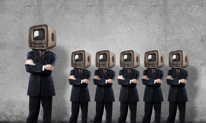 Affärsmän med gammal TV i stället för huvudet fotografering för bildbyråer