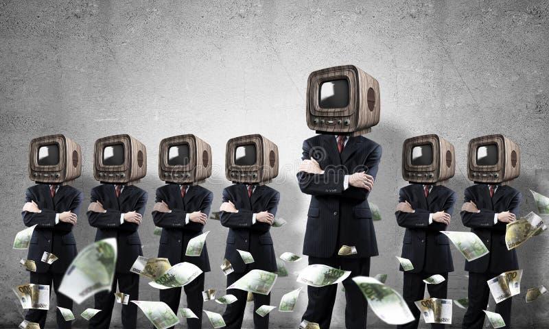 Affärsmän med gammal TV i stället för huvudet royaltyfri foto