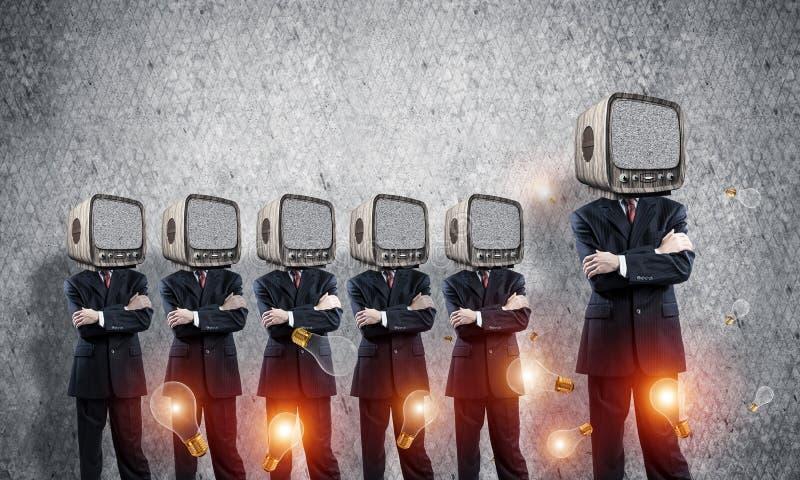Affärsmän med gammal TV i stället för huvudet arkivbild