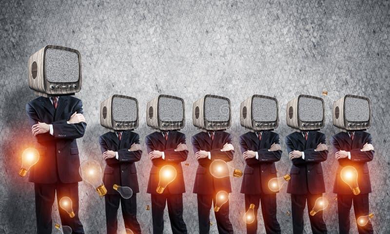 Affärsmän med gammal TV i stället för huvudet arkivfoton