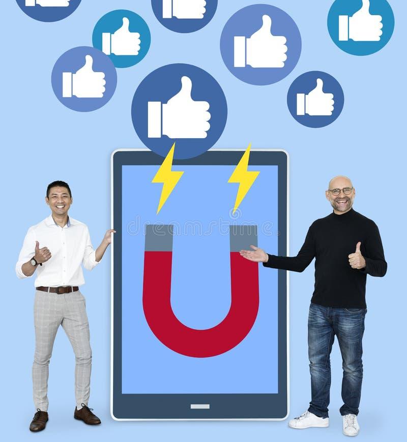 Affärsmän med socialt massmedia som marknadsför idéer royaltyfria foton