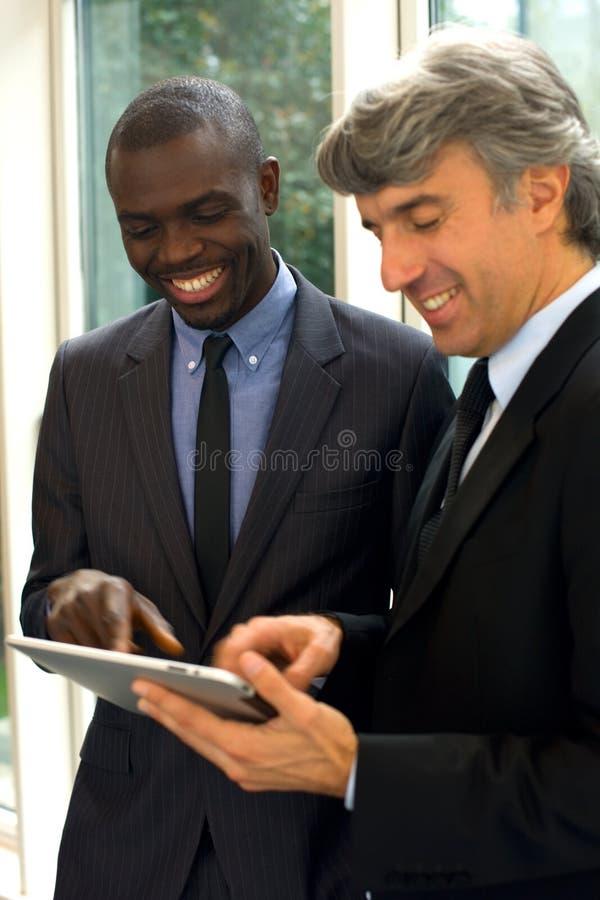 Affärsmän med tableten arkivbilder