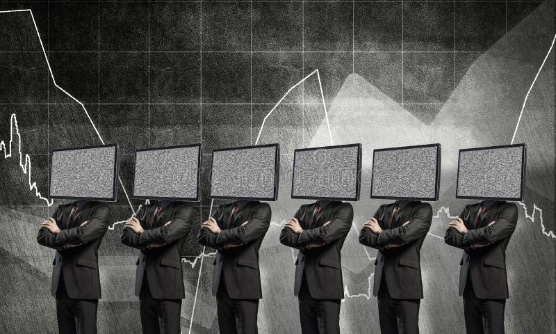Affärsmän med TV i stället för huvudet arkivfoto