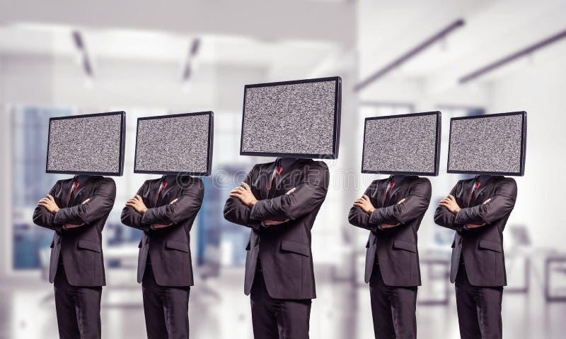 Affärsmän med TV i stället för huvudet arkivbilder