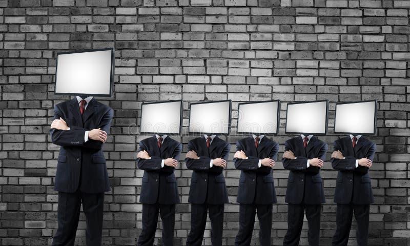 Affärsmän med TV i stället för huvudet royaltyfri fotografi