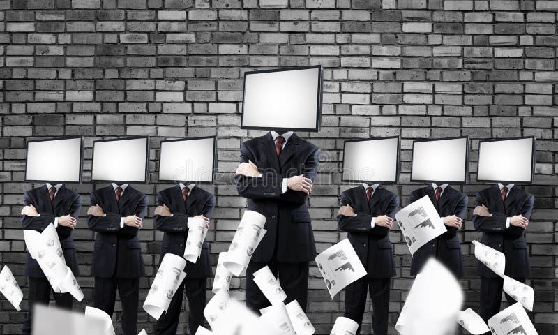Affärsmän med TV i stället för huvudet royaltyfri bild