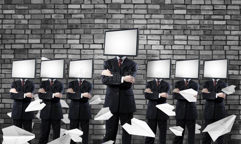 Affärsmän med TV i stället för huvudet royaltyfri foto
