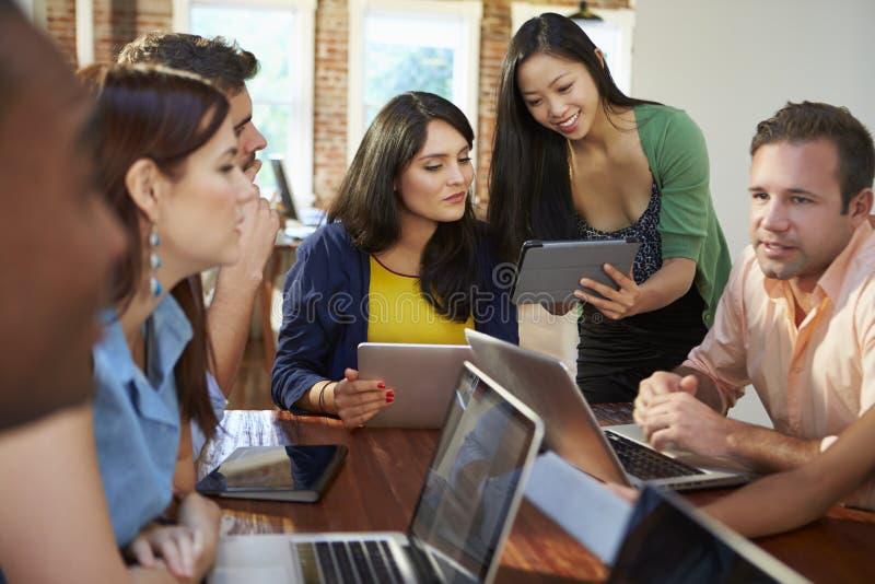 Affärsmän och affärskvinnor som möter för att diskutera idéer arkivfoto