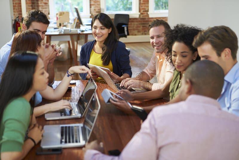 Affärsmän och affärskvinnor som möter för att diskutera idéer arkivfoton