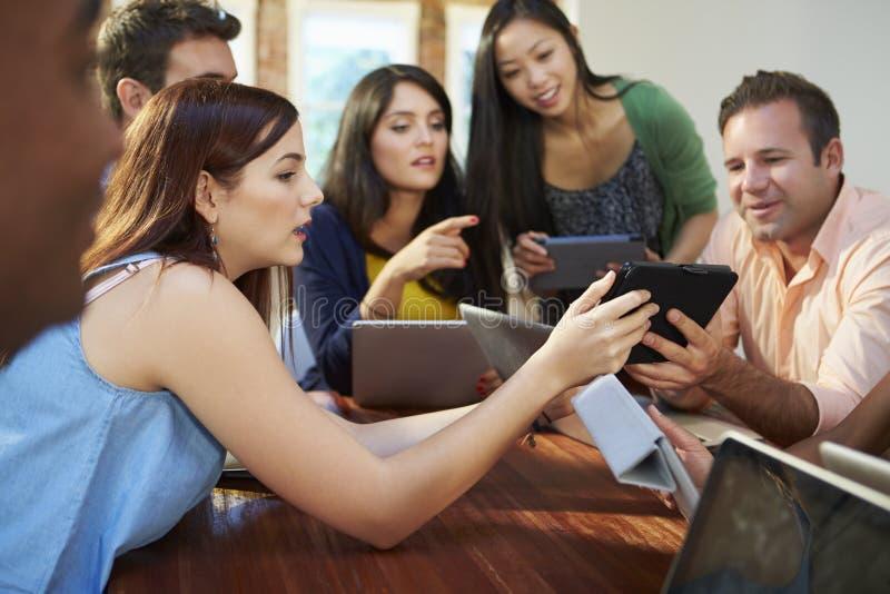 Affärsmän och affärskvinnor som möter för att diskutera idéer royaltyfri foto