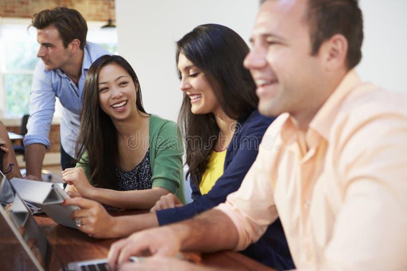 Affärsmän och affärskvinnor som möter för att diskutera idéer royaltyfria foton