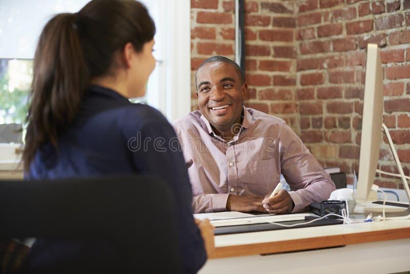 Affärsmän och affärskvinnor som möter i idérikt kontor arkivbilder